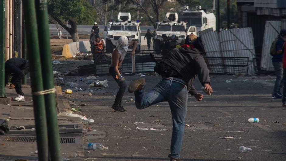 In der venezolanischen Hauptstadt Caracas kämpften am Dienstag Demonstranten gegen Sicherheitskräfte der Regierung