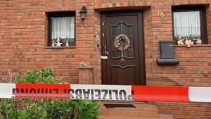Das Haus der getöteten Eltern in Weilerswist mit Polizeiabsperrung
