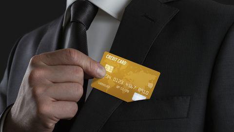 Statt goldener Kreditkarten versenden die Betrüger nur Prepaidkarten - und das gegen teure Gebühr