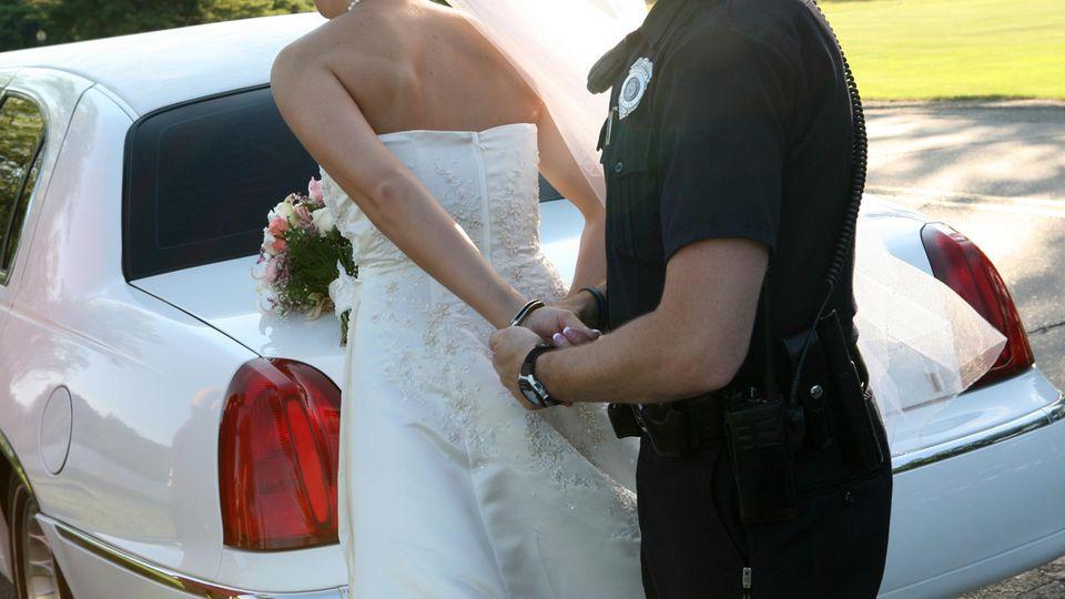 Braut wird wegen eskalierender Hochzeitsfeiern von Polizist festgenommen