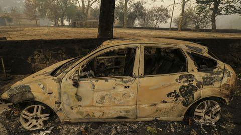 Das Auto ist komplett ausgebrannt, nachdem es angezündet wurde, um Fahrerflucht zu vertuschen