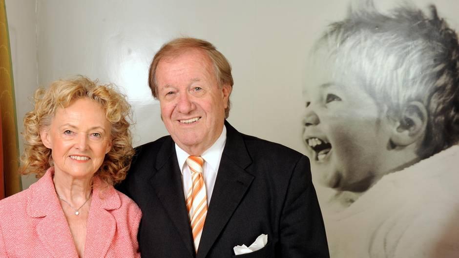 """Siegfried und Ute Steiger, die Gründer der """"Björn Steiger Stiftung"""", stehen in Winnenden neben einem Foto ihres Sohnes Björn"""