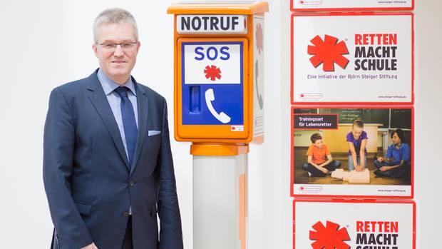 Pierre-Enric Steiger, Präsident der Björn-Steiger-Stiftung steht im Firmensitz in Winnenden neben einer Notrufsäule