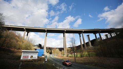 Bei dem laufenden Neubau in der Nähe von Siegen sollen so 100.000 Tonnen Brücke um 20 Meter bewegt werden