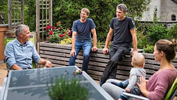 Bioland-Mitarbeiter Jan Gröner (2. v. l.) berät Familie Dietzel bei der Umstellung auf Ökolandbau