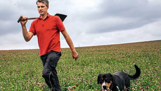 Landwirt Christoph Dietzel stellt seinen Hof auf Bio um. Nun versorgt Kleegras seine Felder auf natürliche Weise mit Stickstoff. Im Ökolandbau ist Kunstdünger verboten. Hund Barnie darf fast immer mit.