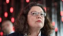 die SPD-Vorsitzende Andrea Nahles kann die Aufregung um die Aussagen von Juso-Chef Kevin Kühnert nicht nachvollziehen