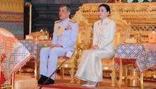Rama X. mit Suthida: AmMittwoch heiratete Maha Vajiralongkorn die frühereFlugbegleiterinund ernannte sie zur Königin