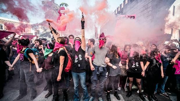 """In Verona demonstrieren Mitglieder der Frauenbewegung """"Non una di meno""""gegen den Weltfamilienkongress, auf dem sich die religiöse Rechte mit den Rechtspopulisten Europas trifft – von Ungarns Fidesz über die AfD bis zur italienischen Lega"""