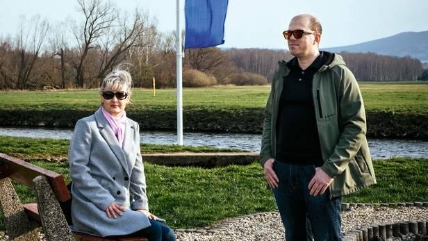 Ein tschechisches Paar am Berührungspunkt von Deutschland, Polen und Tschechien. Sie kommen zum Einkaufen nach Sachsen