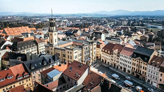 Blick auf den Marktplatz und über die Dächer von Zittau. 26.000 Menschen leben hier, Platz hätte die Gemeinde für doppelt so viele