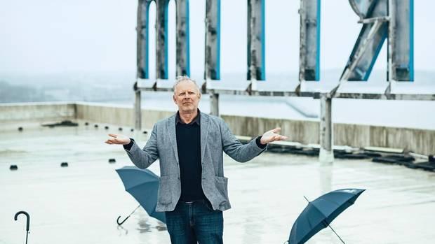 Axel Milberg am 10. April 2019 auf dem Dach des 1972 erbauten Maritim Hotels in Kiel, das eigenartig aus der Zeit gefallen wirkt