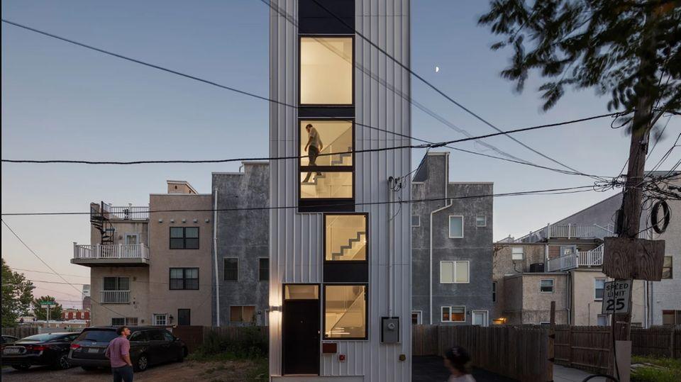 Der Tiny Tower ist wie ein Wolkenkratzer aufgebaut aut. Er benötigt nur eine kleine Parzelle, die sonst als Hinterhof oder Parkplatz genutzt wird.