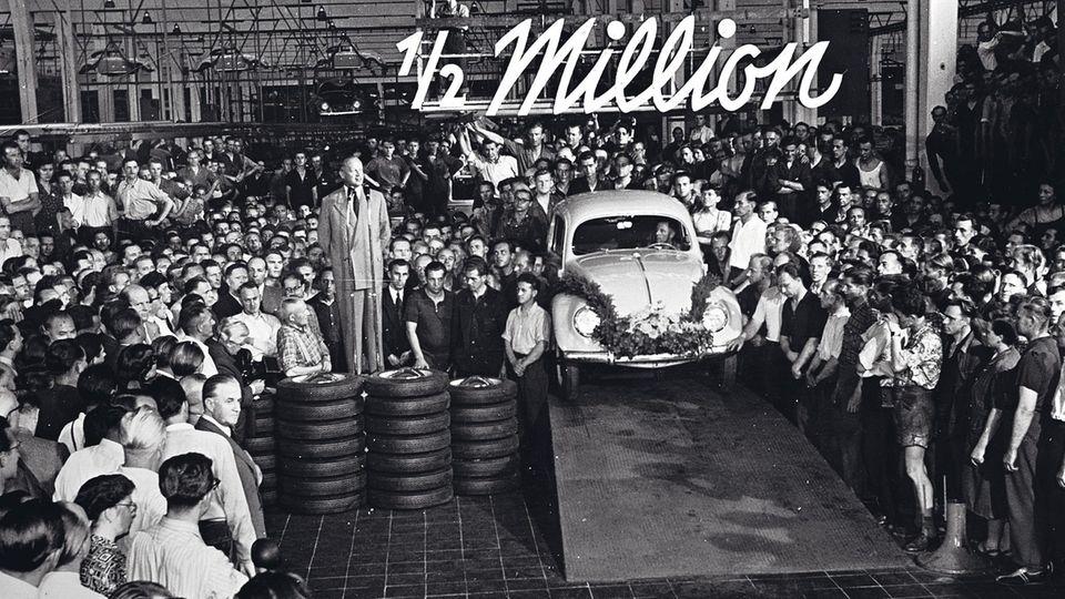Segnungen des automobilen Lebens: Am 3. Juli 1953 wird der 500.000. Käfer gefeiert. VW liefert Nachkriegsdeutschland den Wagen des Volkes.