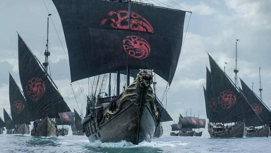 Auch wenn man bei einer Flotte zuerst an die Graufreuds denkt: Hier weht das Wappen der Targaryens auf den Segeln. Daenerys und Co. dürfen also auf dem Seeweg nach Königsmund gelangen.