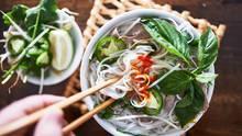 Vietnam: Weniger Fleisch, aber nicht fleischlos  Wir Deutschen essen zu viel Fleisch. Die Vietnamesen machen es mit Pho vor, wie man wenig Fleisch essen kann, aber nicht darauf verzichten muss. Pho ist gewissermaßen das Nationalgericht Vietnams.  InVietnambeginnt eigentlich jedes Frühstück mit einer Pho. Wenn die Sonne gerade aufgegangen ist und die Hitze sich noch nicht über die Städte gelegt hat, nährt die traditionelle vietnamesische Nudelsuppe und versorgt die Menschen mit Flüssigkeit und wichtigen Nährstoffen.  Die Pho ist das Herzstück der vietnamesischen Küche. Traditionell wird sie in einer Schüssel gereicht und enthält neben einer kräftigen klaren Brühe, die meist aus Rinderknochen zubereitet wird, Reisnudeln und in dünne Scheiben geschnittenes Rindfleisch.