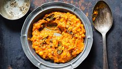 """Indien: Die Basis ist Gemüse und Hülsenfrüchte  In wohl keinem anderen Land werdenGemüse und Hülsenfrüchte vielfältiger zubereitet als in Indien. Der Bohneneintopf Dal ist dabei nicht wegzudenken. Von Region zu Region gibt es große Unterschiede. Denn der Eintopf besteht aus lokalen Gemüsesorten, also solchen, dievor Ort wachsen - abhängig von der Saison. Dal gibt es mit grüner Mango, Kokosnuss, Tomaten, sogar mit Fischköpfen.  Linsen und Bohnen sind reich an Proteinen und Ballaststoffen. Sie lassen sich einfach anbauen, brauchen wenig Wasser und passen sich den Gegebenheiten an. Die amerikanische """"Food and Agriculture Organization"""" nennt sie sogar """"climate smart"""", also klima-clever."""