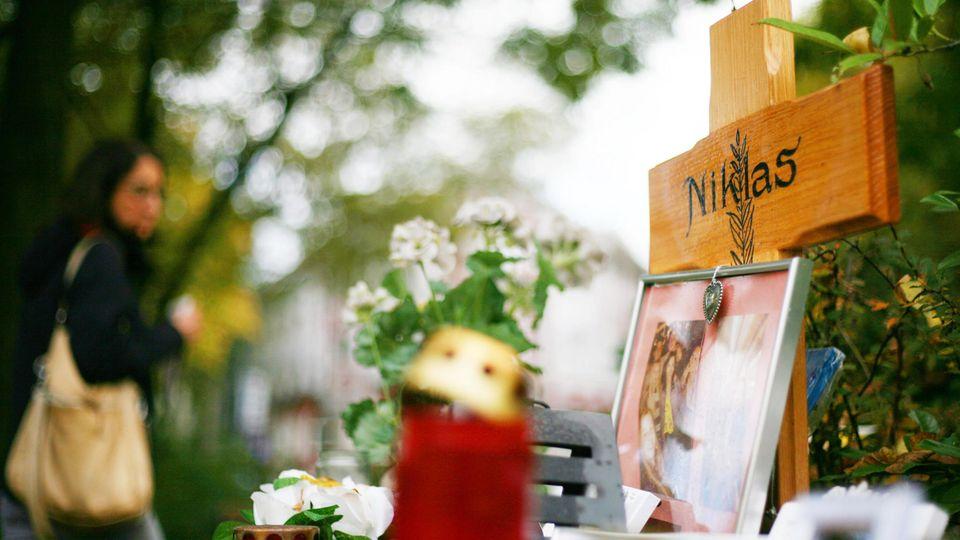 Nach der tödlichen Attacke auf Niklas standen Blumen, Kerzen und ein Holzkreuz am Tatort