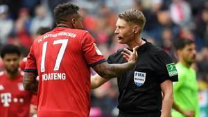Bayern-Spieler Jerome Boateng protestiert bei Schiedsrichter Christian Dingert gegen den Handelfmeterpfiff gegen ihn