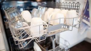 Saubere geöffnete Spülmsachine