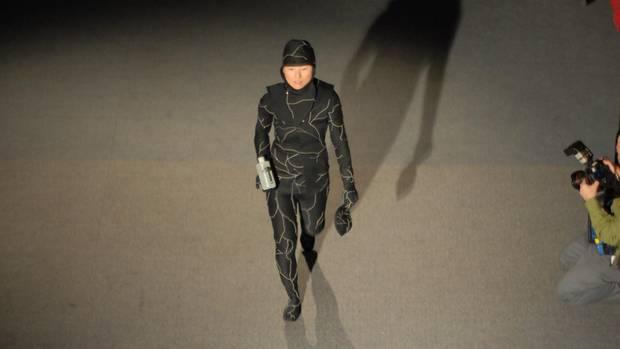 Jae Rhim Lee trägt den Pilzsporen-Anzug