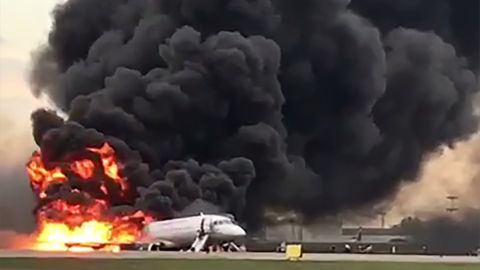 Am Moskauer Flughafen Scheremetjewo ging eine Aeroflot-Maschine bei der Notlandung auf dem Rollfeld in Flammen auf