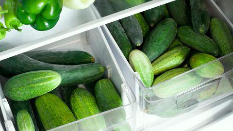 Bewahren Sie Gurken nicht im Kühlschrank auf. Das ist nicht der beste Platz, um sie zu lagen. Denn unter zehn Grad Celsius kann das Gemüse schneller verkommen. Gurken reagieren außerdem sensibel auf Ethylen, ein Gas, dass Pflanzen bei der Reifung freisetzen. Also sollten Gurken nicht neben Äpfel oder Tomaten gelagert werden. Diese Früchte setzen viel Ethylen frei..