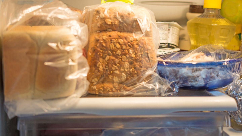 Lagern Sie Brot nicht im Kühlschrank. Es gibt bessere Methoden, um das Gebäck länger frisch zu halten: Kaufen Sie immer Brot am Stück, nie bereits geschnitten. Für Toast gilt tatsächlich, ihn im Gefrierfach aufzubewahren und je nach Bedarf direkt zu toasten. Für anderes Brot eignet sich eine Brotbox beispielsweise aus Ton für die längere Frische.