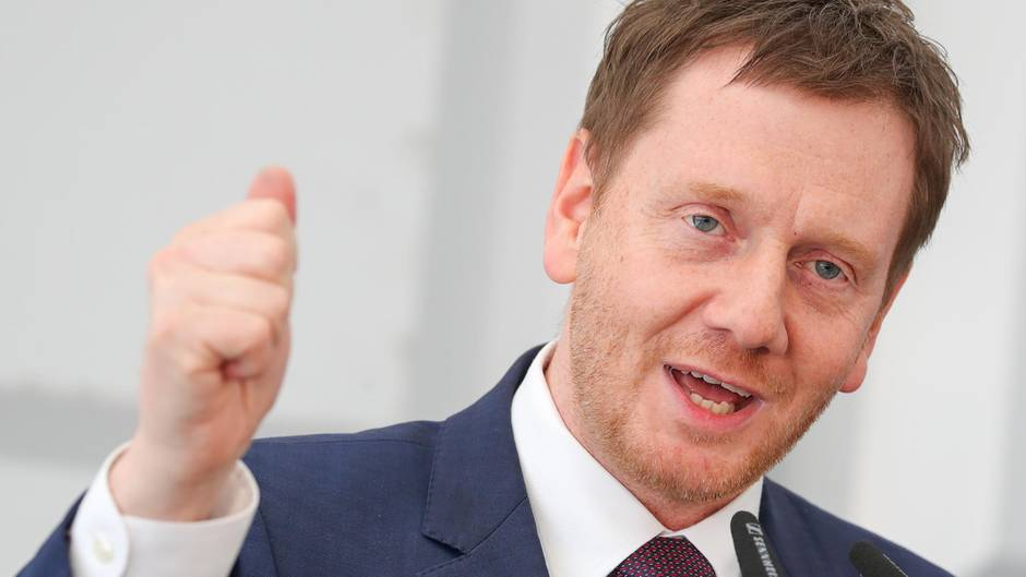 Michael Kretschmer, CDU-Ministerpräsident von Sachsen, gestikuliert und spricht in ein Mikrofon