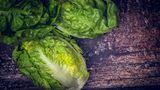 Wickeln Sie grünes Gemüse wie Salat in Aufbewahrungsbehälter mit zwei Schichten Küchenpapier. So gewährleisten Sie, dass das Grünzeug länger frisch und knackig bleibt. Das Papier saugt überflüssige Flüssigkeit auf, die den Salat ansonsten welk machen würden.