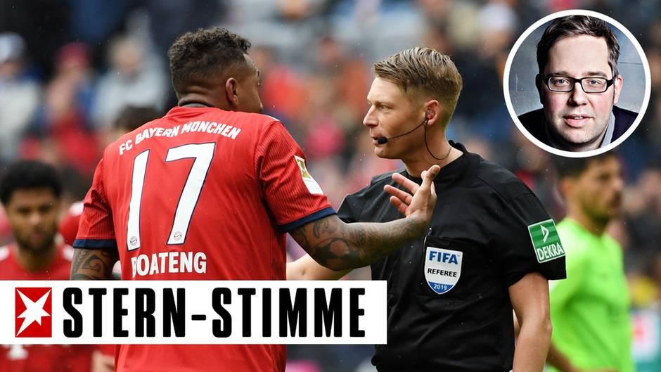 Bayern Münchens Jérôme Boateng (l.) diskutiert mit dem Schiedsrichter Christian Dingert - konnte ihn aber nicht überzeugen, dass es kein Handspiel war