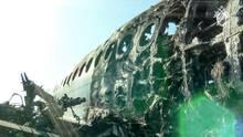 Das ausgebrannte Wrack der Aeroflot-Maschineauf dem Moskauer Flughafen Scheremetjewo