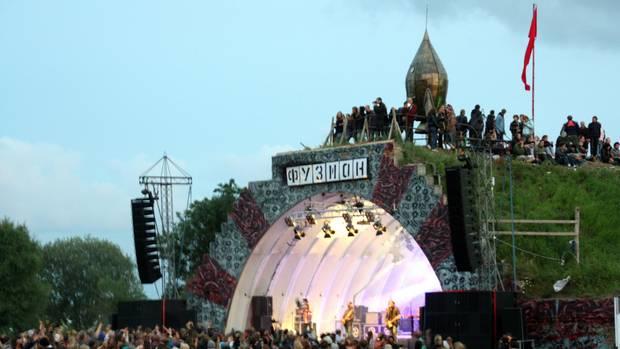 Auf der Fusion feiern zehntausende Besucher vor einer der Bühnen.