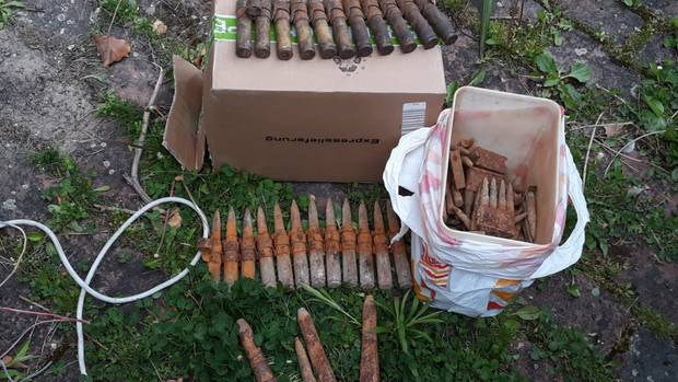 Eine Kiste mit alter Weltkriegsmunition