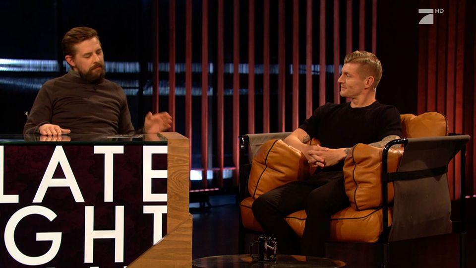 """Toni Kroos bei """"Late Night Berlin"""": Im Interview mit Klaas Heufer-Umlauf wusste der Fußballer noch nicht, was ihm gleich bevorsteht."""