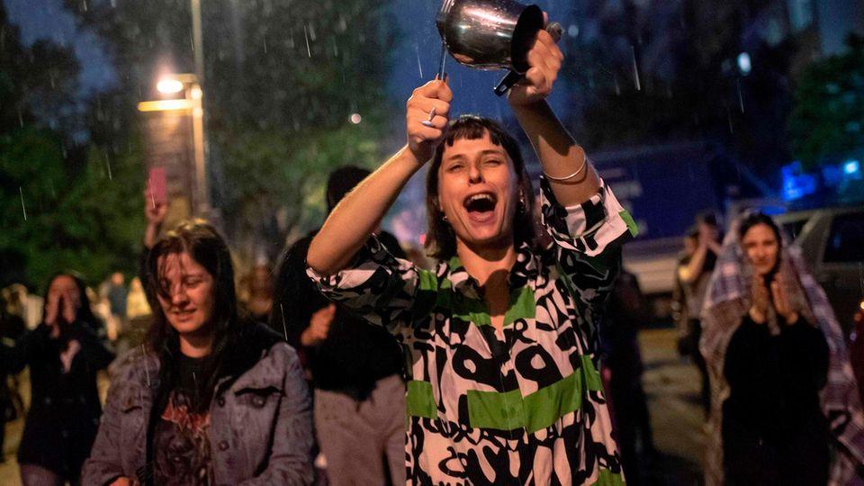 Nach der Entscheidung für die Wahlwiederholung in Istanbul demonstrieren Anhänger der Opposition gegen Erdogan mit Töpfen und Pfannen