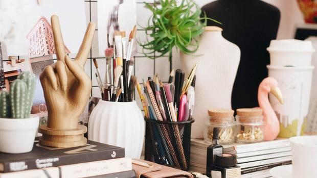 Du brauchst Hilfe in Sachen Schreibtisch-Organisation? Wir haben die richtigen Tipps.