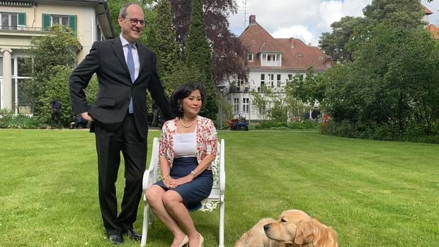 Oxford-Absolvent und China-Experte Sir Sebastian Wood ist seit 1983 im Diplomatischen Dienst. Auf einem Posten in Bangkok lernte er seine Frau Sirinat kennen. Das Paar hat vier Kinder. Golden Retriever Albie stieß erst vor zwei Jahren als Welpe in Berlin zur Botschafterfamilie.