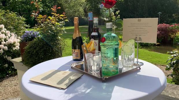 """Die klassichen Getränke bei einer Britischen Gartenparty sind Gin Tonic und Pimm's Likör gemischt mit Ginger Ale, außerdem werden die Gäste mit deutschem Winzersekt und Rheingauer Riesling Marke """"Hochheimer Queen Victoria""""auf das Wohl der Königin trinken können."""