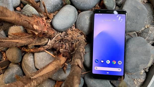 Trotz der Ränder oben und unten lässt sich das Google Pixel 3a XL mit seinen 6 Zoll Bildschirm-Diagonale bequem nutzen