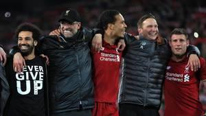 Jürgen Klopp (2.v.l.) feiert mit seinen Spielern Liverpools Einzug ins Finale der Champions League