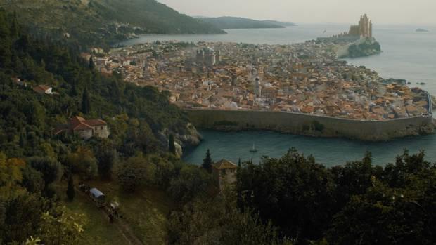 Königsmund lag früher mal direkt am Meer. Sie erinnern sich an die Schlacht der Schwarzwasserbucht in der zweiten Staffel?