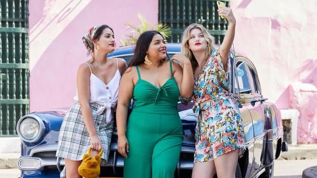 Frauen in Sommermode machen Selfie