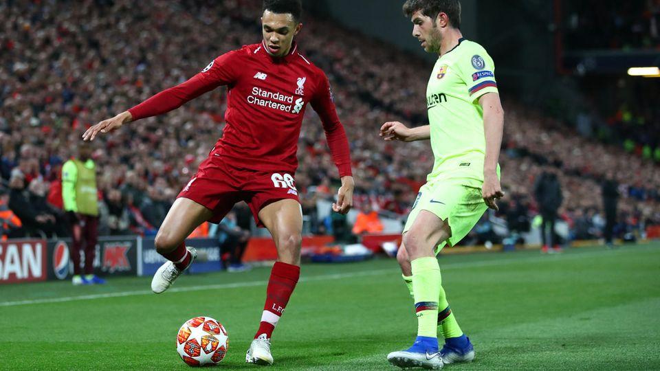 Trent Alexander-Arnold vom FC Liverpool verlädt Sergi Roberto und die gesamte Mannschaft des FC Barcelona