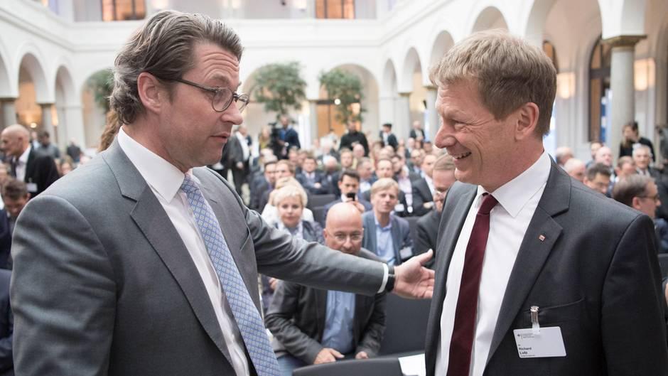 """Beim """"Schienengipfel"""" im Bundesverkehrsministerium: Bundesverkehrsminister Andreas Scheuer (links) unterhält sich mit Richard Lutz, dem Vorstandsvorsitzenden der Deutschen Bahn AG."""