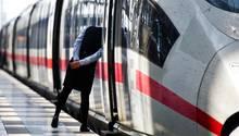Eine Zugbegleiterin blickt amHauptbahnhof von Frankfurt am Main durch die offene Tür eines InterCityExpress