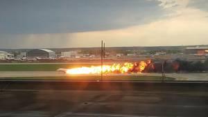 Moskau: DasrussischePassagierflugzeug vom Typ Suchoi Superjet-100 brennt bei seiner Notlandung auf dem Flughafen Scheremetjewo
