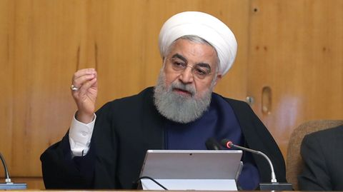 """IransStaatschef Hassan Ruhani drohte den verbliebenen VertragsparteienDeutschland, Frankreich, Großbritannien, China und Russland bei einer im TV übertragenen Kabinettsitzung. Die Länder sollten ihre Zusagen """"insbesondere im Öl- und Bankensektor"""" einhalten, verlangte Ruhani."""