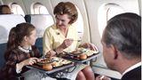 Enjoy your Meal: In dieser Flugzeug von British European Airways wurden die Tischchen vor dem Servieren in die Armlehnen gesteckt.