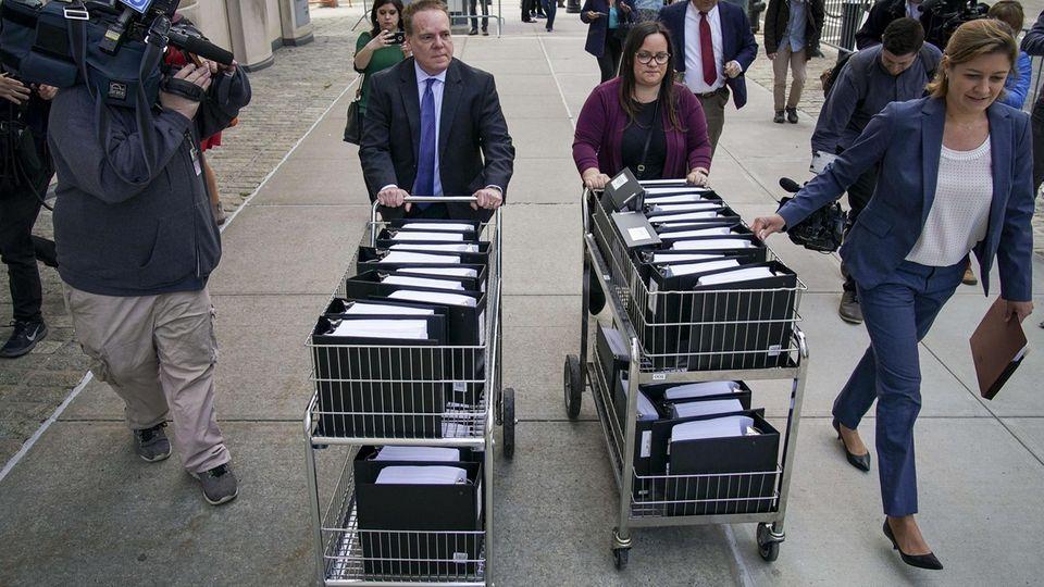 Ganze Wagen voller Akten werden zu Beginn des Prozesses zum Gericht gerollt: In New York hat der Prozess gegen SektenführerKeith Raniere begonnen.